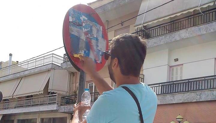 """Καθαρισμός πινακίδων στην Μεγαλόπολη από τον Σύλλογο Νέων """"Εν Δράσει"""""""